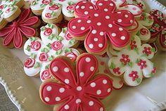 Beautiful Kath Kidston-inspired flower cookies by the incredibly talented Roxanne Floquet by Janny Dangerous - FB Summer Cookies, Fancy Cookies, Iced Cookies, Biscuit Cookies, Cute Cookies, Easter Cookies, Royal Icing Cookies, No Bake Cookies, Cupcake Cookies