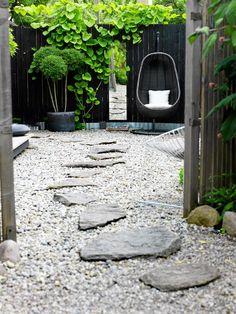 / Natursten och grus | Anses lättskött men  även betongstenar ska skötas för att vara vackra. Ett alternativ är att välja naturmaterial som sjösten och granit i stället för bara betong, eller blanda. En markduk under gruset håller ogräset i schack. För att undvika en öken av sten är det viktigt att inte glömma växterna. Välj gärna stora vajande gräs, bamburuggar och gröna bollar av liguster i krukorna. Låt väggarna grönska av pipranka, vinranka eller vildvin, och glöm inte bort träden |