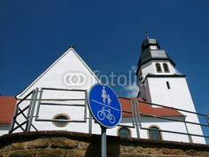 Radweg und Fußgängerweg an der Kirche in Stukenbrock in Schloß Holte-Stukenbrock im Kreis Gütersloh