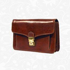 Kožená etuja je moderná a obľúbená alternatíva k batohom do školy alebo do práce. Úložný priestor tohto koženého viacúčelového púzdra tvoria vrecká na kľúče, mobil, peniaze, telefón, kreditné karty a iné drobnosti. Etuja je kvalitne vyrobená a spracovaná z kvalitnej prírodnej kože. Má klasický elegantný dizajn a zaručuje komfortné prenášanie vecí.   19 x 14 x 6 cm  http://www.vegalm.sk/produkt/kozena-etuja-c-8251/