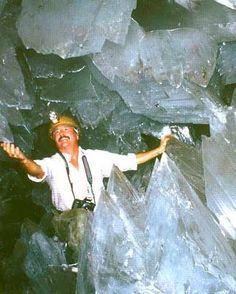 巨大なクリスタルに埋め尽くされた洞窟03