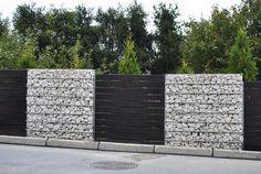 Internetowy Blog Budowlany grenada-dompasja - Internetowy Dziennik Budowy. Katalog firm budowlanych. Sprawdź jak budują się inni, podziel się swoimi doświadczeniami. Gabion Fence, Gabion Wall, Fence Landscaping, Backyard Fences, Commercial Architecture, Modern Architecture House, Fancy Fence, Boundary Walls, Grey Gardens