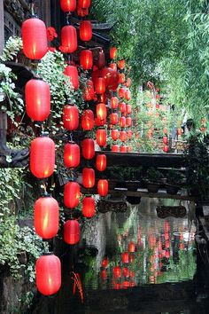 See the traditional #red lanterns hanging in Old Town, Lijiang, Yunnan, China.