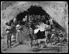 Eine Tarahumara-Familie, Tuaripa, Chihuahua, 1892. Wie ein Giebeldach direkt auf dem Boden – so beschreibt Lumholtz die Häuser der Tarahumara.