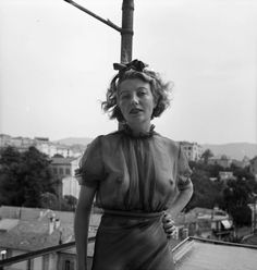 Surrealist artist Eileen Agar on a balcony in France in 1937 photographed by Joseph Bard Agar, Roland Penrose, Female Painters, People Of Interest, Man Ray, Black And White Portraits, Great Women, Beauty Women, Videos