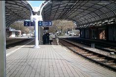 Karlsruhe (ots) – Zwei 16 und 17 Jahre alte Jugendliche haben am Mittwoch gegen 22.20 Uhr einen Mann am Albtalbahnhof angegriffen. Von Zeugen konnte zunächst eine lautstarke Auseinandersetzung zwischen drei Personen beobachtet werden. Im Lauf des Streites wurde der 48-Jährige dann mit Steinen und Flaschen beworfen. Anschließend gingen die Jugendlichen mit Fäusten auf den Mann