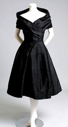 Christian Dior Haute Couture, Robe du Soir Courte, Paris, 1955 I love Christian Dior clothing - this was a great era for fashion. Look Vintage, Vintage Mode, Vintage Dior, Vintage Black, 1950s Fashion, Vintage Fashion, Vintage Dresses, Vintage Outfits, 1950s Dresses