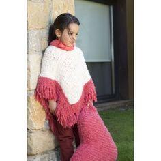 Poncho con frange e cuscino realizzato con filato DMC GROOVY. Le spiegazioni del modello sono nel Book 15 modelli Bambino Lana Glamour ref. 15100/4 DMC