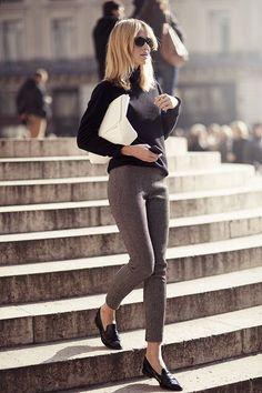 Comprar ropa de este look:  https://lookastic.es/moda-mujer/looks/jersey-de-cuello-alto-pantalones-pitillo-mocasin-cartera-sobre-gafas-de-sol/4895  — Jersey de Cuello Alto Negro  — Cartera Sobre de Cuero Blanca  — Gafas de Sol Negras  — Mocasín de Cuero Negros  — Pantalones Pitillo de Lana Marrónes