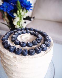 Itsenäisyyspäiväkakku <3 100 - vuotiaalle suomelle! Gluteeniton sekä vegaaninen! Blackberry, Cheesecake, Baking, Fruit, Desserts, Recipes, Food, Tailgate Desserts, Blackberries