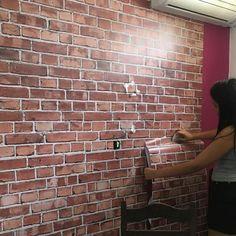 DIY  Bora decorar o cantinho preferido com papel de parede de adesivo vinilico? Esse papel de parede eh simplesmente lindo e o resultado final ficou do jeitinho que eu sempre sonhei!  #papeldeparede #tijolinhoaparente #diy #facavocemesmo