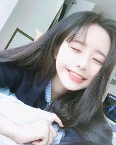 An Ulzzang means 'best face' or 'best look', it can be used for both boys and girls, ulzzangs are usually found online on SNS (Social Media) platforms and is based in South Korea and is voted by netizens through contests. Pelo Ulzzang, Ulzzang Korean Girl, Cute Korean Girl, Cute Asian Girls, Ulzzang Girl Selca, Estilo Beatnik, Korean Beauty, Asian Beauty, Ullzang Girls