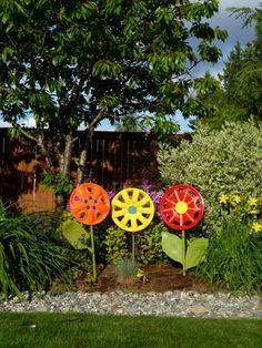 Des fleurs avec des enjoliveurs de voiture... Pour enjoliver le jardin !
