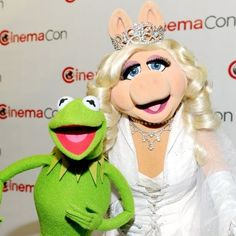 Walt Disney Studios CinemaCon Photo: Kermit and Miss Piggy (The Muppets Kermit And Miss Piggy, Kermit The Frog, Celebrity Gossip, Celebrity Photos, Still Love Her, Walt Disney Studios, This Little Piggy, Happy Together, Jim Henson