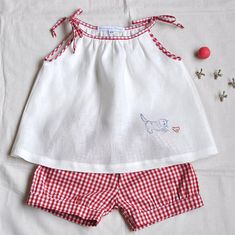 Ähnliche Artikel wie Linen and Gingham Set on Etsy Baby Dress Design, Baby Girl Dress Patterns, Little Girl Dresses, Baby Outfits, Kids Outfits, Baby Frocks Designs, Kids Frocks Design, Cute Baby Clothes, Doll Clothes