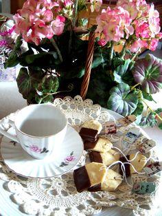 Tea Bag Cookies and FREE printable tags Tea Cup Set, My Cup Of Tea, Christmas Tea, Christmas Cookies, Tea Bag Cookies, Study Snacks, Mad Hatter Tea, Baking Cupcakes, Chocolate Pots