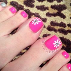 Love the one daisy and solid color Pedicure Designs, Pedicure Nail Art, Toe Nail Designs, Nail Polish Designs, Toe Nail Art, Pretty Pedicures, Pretty Nails, Creative Nail Designs, Creative Nails