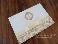 Convite dourado para casamentos sofisticados! <br> <br>Medidas: 16 x 20,5cm (fechado) <br>Papel Importado Rives Tradition Bright White 250g <br>Acabamento: Vincos (não há envelope) <br>Acompanha: tag com o nome do convidado + embalagem plástica individual <br> <br>O que pode ser alterado: <br>Informações internas, cores do laço e do convite. <br> <br>>> CONSULTE NOSSA CARTELA DE CORES E BRASÕES <<