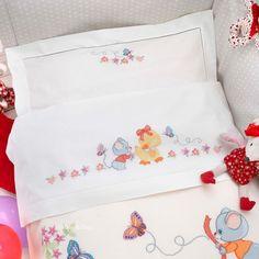 Lenzuolino lettino, disegno e schema Baby Applique, Baby Embroidery, Cross Stitch Embroidery, Ribbon Embroidery, Embroidery Designs, Baby Cross Stitch Patterns, Cross Stitch Baby, Cross Stitch Designs, Cross Stitch Cards