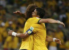 SEGUNDO GOL. David Luiz y Thiago Silva celebran su gol para Brasil ante Colombia en la arena Castelao en Fortaleza.Brasil ganó 2-1 y paso a cuartos de final. (REUTERS / Jorge Silva)