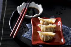 These tasty pork dumplings are perfect for entertaining large crowds. Mince Recipes, Pork Recipes, Asian Recipes, Ethnic Recipes, Dumpling Recipe, Dumplings, Pork Mince, Island Food, Tasty