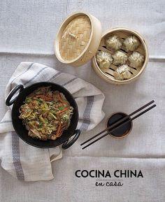 Comida china casera: dim sum (empanadillas) de carne al vapor y Shrimp lo mein (noodles con gamas y verduras). Recetas en el blog www.micasaencualquierparte.com