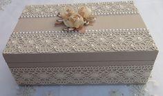 Caixa em MDF forrada com tecido 100% algodão. Revestida com renda e chatons pérola. Flores em cetim e organza decorando a caixa. Dot Art Painting, All Things Cute, Craft Box, Box Art, Shoe Box, Decorative Boxes, Shabby Chic, Arts And Crafts, Glitter