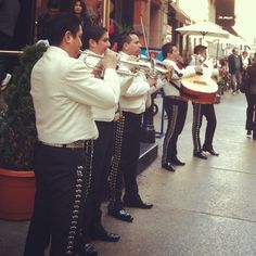 Music players - Rosa Mexicano