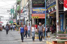 Consumidores no calçadão da região central de Franca, que vive crise calçadista