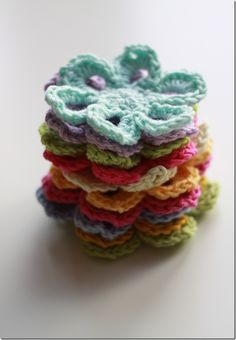 Crochet Flowers. Pattern from: Beyond the Square by Edie Eckman. ༺✿ƬⱤღ https://www.pinterest.com/teretegui/✿༻