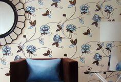 Aqui o papel de parede de parede combinou com as cores dos móveis.