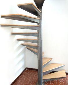 Photo SH13 - Gamme Initiale - SPIR'DÉCO® Carré. Escalier hélicoïdal sur plan carré tout en sobriété. Vue 3 Spiral Stairs Design, Spiral Staircase, Staircase Design, Steel Stairs, Loft Stairs, Compact Stairs, Office Space Decor, Interior Staircase, Iron Furniture