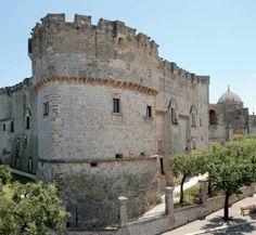 Situata nell'Alto Salento, a pochi chilometri dal Mare Adriatico, Carovigno è un suggestivo comune del brindisino, noto centro di produzione di olio di oliva di ottima qualità.  Chi di voi è mai stato a Carovigno? :)