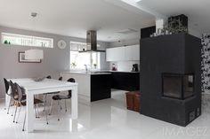 Tyylikäs, mustavalkoinen A la Carte keittiö avautuu ruokailutilaan. Upea tumma takka luo tunnelmaa sekä ruokailutilaan että olohuoneeseen. Decor, Furniture, Kitchen Island, Table, Home Decor, Kitchen