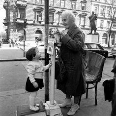 Ilyen is volt Budapest - Liszt Ferenc tér, az egyik utolsó utcai mérleges Old Pictures, Old Photos, Vivian Mayer, Budapest, Historical Photos, Street Photography, The Past, Marvel, History