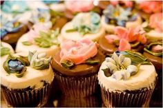 Beautifully decorated cupcakes...Wish I was this talented!