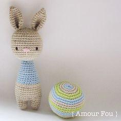 Kijk wat ik gevonden heb op Freubelweb.nl: een gratis haakpatroon van Amour Fou om dit lieve konijntje met bal te maken https://www.freubelweb.nl/freubel-zelf/gratis-haakpatroon-konijn-met-bal/