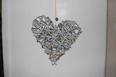Herz aus Zeitungsröllchen