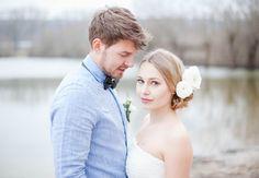 Eine wunderbar romantische Bilderserie am See mit unserer geliebten Faye - ein stilsicher verträumtes Hochzeitskleid aus Seide.