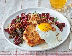 Das Rezept für Schnitzel mit Spiegelei und Rote-Bete-Salat und weitere kostenlose Rezepte auf LECKER.de