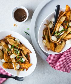 Poutine végétarienne | Recettes d'ici Vegan Snacks, Vegan Recipes, Cooking Recipes, Sauce Poutine, 21 Day Fix, Thai Red Curry, Fries, Bbq, Clean Eating