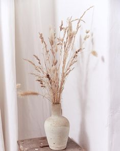 Adorable 56 Pretty Room Decoration Ideas With Flower Vases To Try Dried Flower Arrangements, Flower Vases, Dried Flowers, Deco Nature, Home Decor Vases, Deco Boheme, Deco Floral, Pretty Room, Deco Design