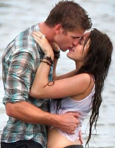Miley Cyrus Shares The Last Song Throwbacks to Mark Anniversary with Lia. - Miley Cyrus Shares The Last Song Throwbacks to Mark Anniversary with Liam Hemsworth - Liam Y Miley, Liam Hemsworth And Miley, Miley Cyrus, The Last Song Movie, International Kissing Day, Sparks Movies, Movie Kisses, The Last Summer, Over Love