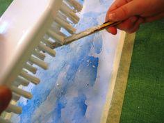 """5. Kun harjaa pitää maalauksen yläpuolella ja """"ripsii"""" sitä esim. kynällä tai siveltimen varrella edestakaisin, syntyy ohutta pisarointia, joka näyttävät lumisateelta. (Kokeile tekniikkaa ennen työn aloittamista.) Huom: Suojaessu on tarpeen! 6. Kun maalausosuus on kuivahtanut, irrota teipit. Taittele kuva esim. kolmeen, jääkarhujen mittojen mukaiseen osaan. 7. Leikkaa jääkarhut ja lisää niille ilmettä piirtämällä. 8. Kiinnitä jääkarhut maisemaan käyttämällä teippisykeröä tai vaahtoteippiä."""