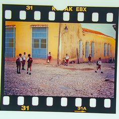 #cuba #karibik #caribbean #trinidad #diapositiv #perforation #kodak #school #kids #children #kinder Cuba, Trinidad, Caribbean, Basketball Court, Memories, Children, Souvenirs, Boys, Kids