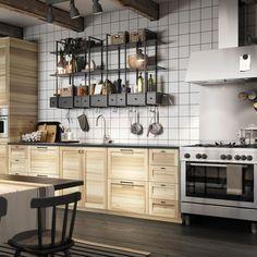 Cuisine IKEA : une étagère murale pour tout avoir à portée de main