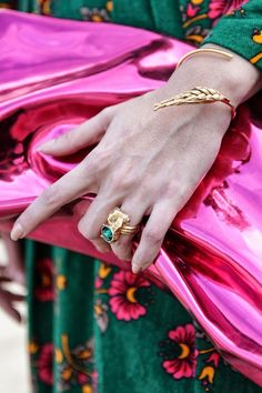 Cut a chic, standout look by pairing gold jewellery with bright colours. Jewelry Accessories, Fashion Accessories, Fashion Shoes, Unique Jewelry, Topshop, Trends, Mode Style, Designer Earrings, Outfit