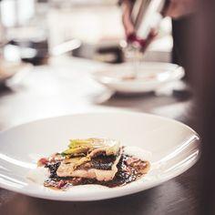 Die Gerichte, die unser Küchenchef Oliver Fleisch und sein Team im Zuge unserer plant based alpine cuisine zaubern, lassen euch unsere wunderbare Umgebung erschmecken. 〽️ Mit dabei ist: ✨ Bergkäsesouffle ✨ Eingelegter Kürbis ✨ Bauernbrotknödel #hotelgoldenerberg #rezepte #nachkochen Berg, Waffles, Breakfast, Food, Environment, Meat, Easy Meals, Food Food, Recipies