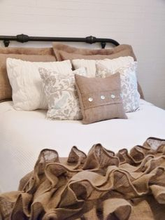 burlap and white bedding, classy & chic spare room <33
