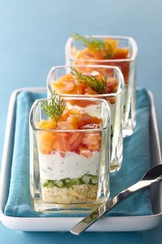 Smoked salmon on dill cream-Räucherlachs auf Dillcreme fill the jars. 3 Mix cream cheese with finely chopped dill. Season with salt and pepper and layer on the cucumber cubes. 4 diced smoked salmon and decorate with dill. Fingers Food, Yummy Food, Tasty, Snacks Für Party, Appetisers, Smoked Salmon, Smoked Trout, Cream Recipes, Salmon Recipes